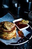 läckra pannkakor serveras i tallriken foto