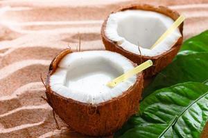 kokosnöt på sandstranden foto
