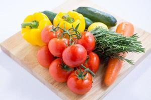 isolerade färska grönsaker foto