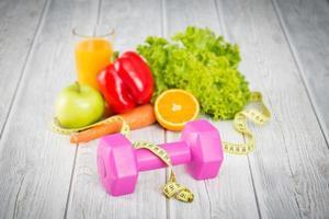 fitnessutrustning och hälsosam mat. foto