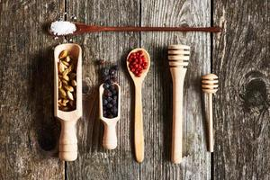 kryddor över träbakgrund