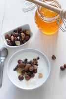 yoghurt med mysli och nötter foto