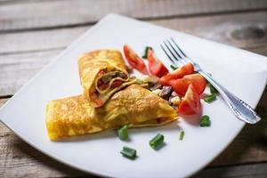 utsökt hemgjord omelett med färska grönsaker foto