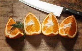 apelsin på en träskiva foto