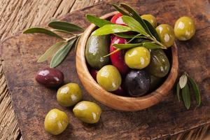 skål med blandade oliver foto