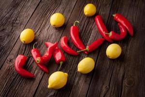 chili skylt med färska chili och citroner foto