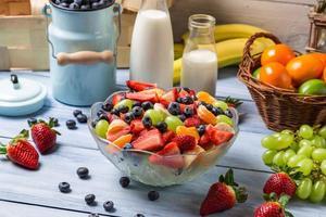 förbereder en hälsosam vårfruktsallad