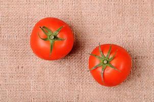 tomater på säckväv bakgrund foto
