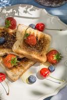 rostat bröd med frukt och honung serveras i trädgården foto