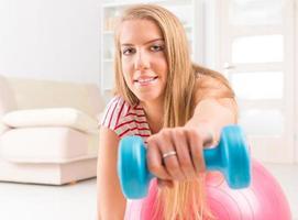 kvinna med gym boll foto