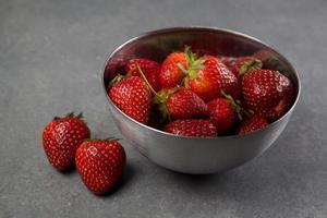 jordgubbar i en skål foto
