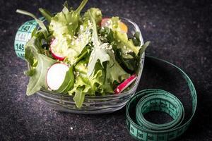 dietmåltid. grönsaksallad i en skål foto