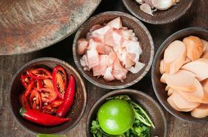 ingrediens av rå mat i liten träkopp foto