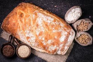 färskt bröd på träbord foto