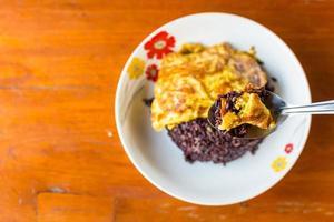 omelett med lila riceberry ris foto