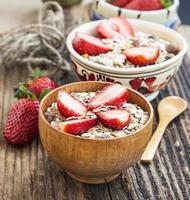 frukost med mysli och jordgubbar foto