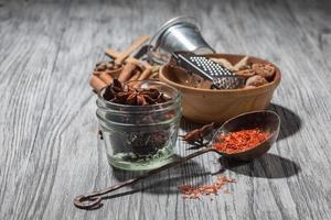 olika kryddor på trä foto