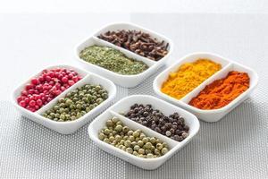 färgglada örter, kryddor och aromatiska ingredienser på moderna bord.