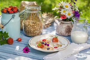 sommarfrukost i trädgården foto