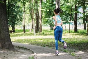 smala ben. vacker fitness kvinna löpare kör foto