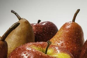 uppsättning våta äpplen och våta päron foto
