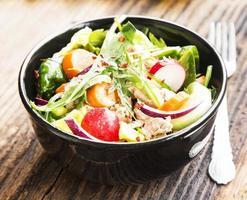 tonfisksallad med grönsaker foto