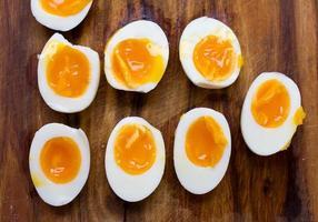 hårdkokta ägg, skivade i halvor foto