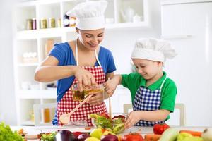 förbereder hälsosam mat till lunch foto