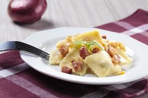portion ravioli med lök och bacon