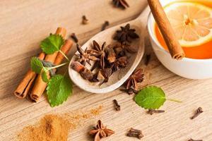 anisstjärnor, te och kanelstänger på trä foto