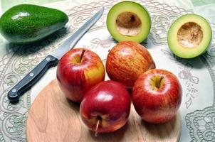 frukter av avokado och äpple på skärbrädan foto