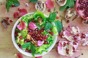 ovanifrån av lockigt endivsallad med granatäpple, nötter ... foto
