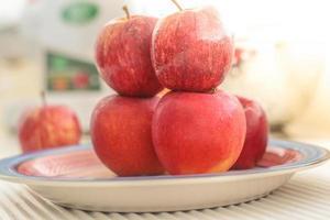 äpple på tallriken foto