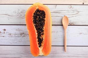 hackad papaya och sked foto