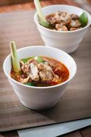 varm och kryddig soppa med fläsk revben.