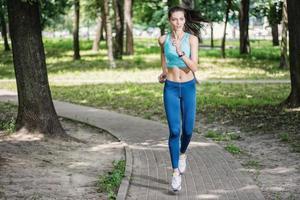 smal figur och en hälsosam livsstil. vacker fitness kvinna kör foto