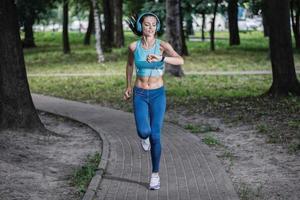 passade träningen. vacker fitness kvinna löpare kör foto
