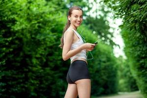springande kvinna. kvinnlig löpare kopplar av efter att ha jogat utomhusarbete foto