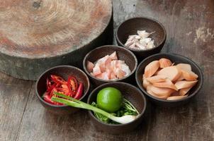 ingrediens av rå mat i liten träkopp närbild foto
