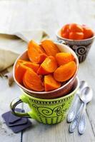 frukost med havregryn, persimmon och choklad foto
