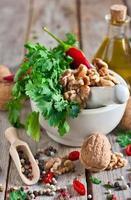 koriander och valnötter i en mortel foto