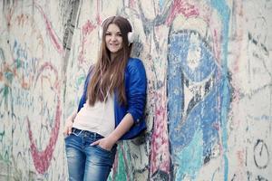 trendig ung kvinna som lyssnar på musik foto
