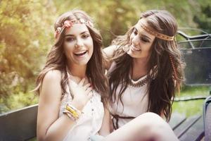 porträtt av glada boho kvinnliga vänner i park