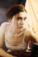 flicka med symaskin foto