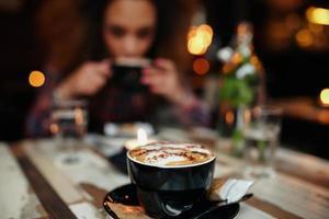 kopp kaffe på bordet på caféet