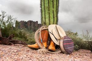 cowboyföremål i öknen foto