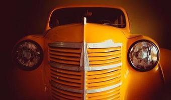 gammal gul bil foto