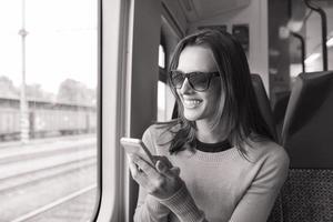 ung kvinna som använder smart telefon
