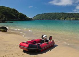 uppblåsbar båt på öde strand foto