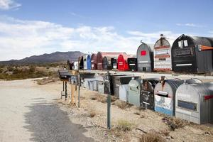 postlådor i öknen foto
